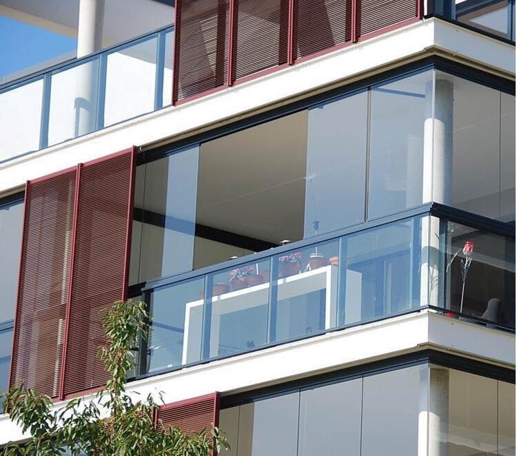 סגירת מרפסת עם זכוכית חלונות הזזה